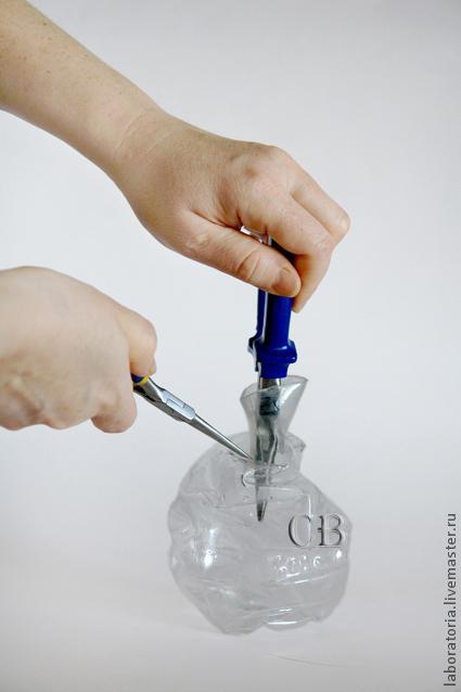 Мятая ваза из пластиковой бутылки