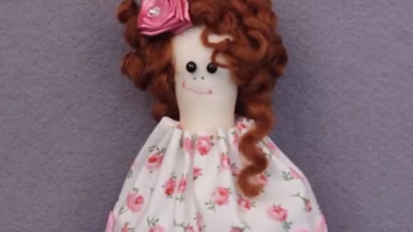 Платье и прическа для куколки